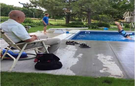 94 Yaşındaki Adam Yalnız Kalmamak İçin Mahallenin Çocukları Girsin Diye Bahçesine Havuz Yaptırdı